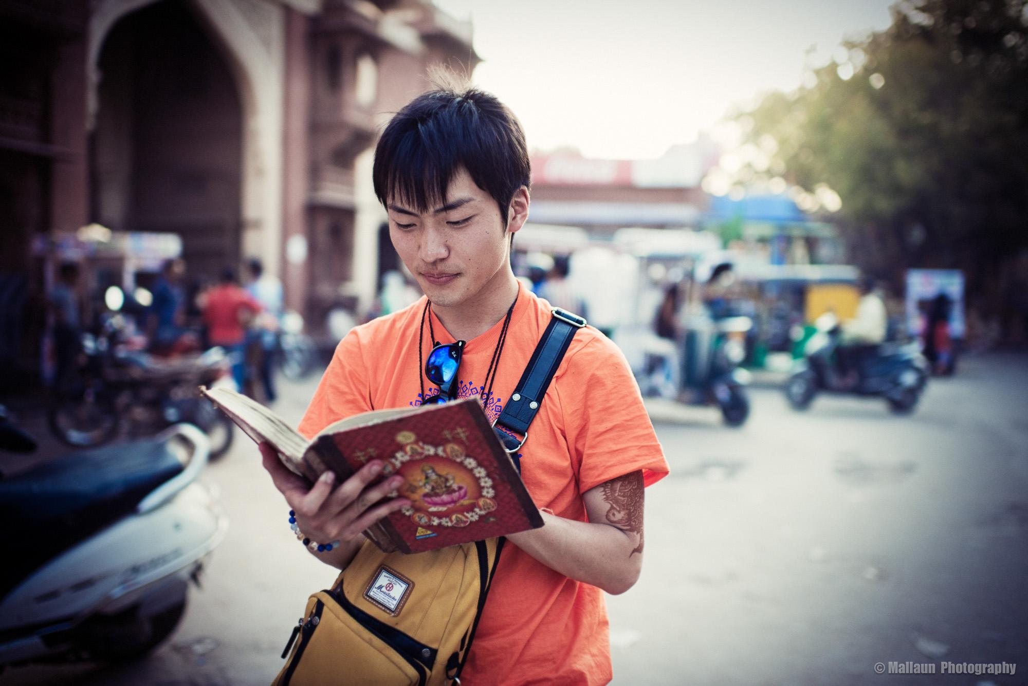 Taku aus Mie in Japan verewigt sich in einem der 48 Gästebücher, die Ramkishan besitzt © Mallaun Photography