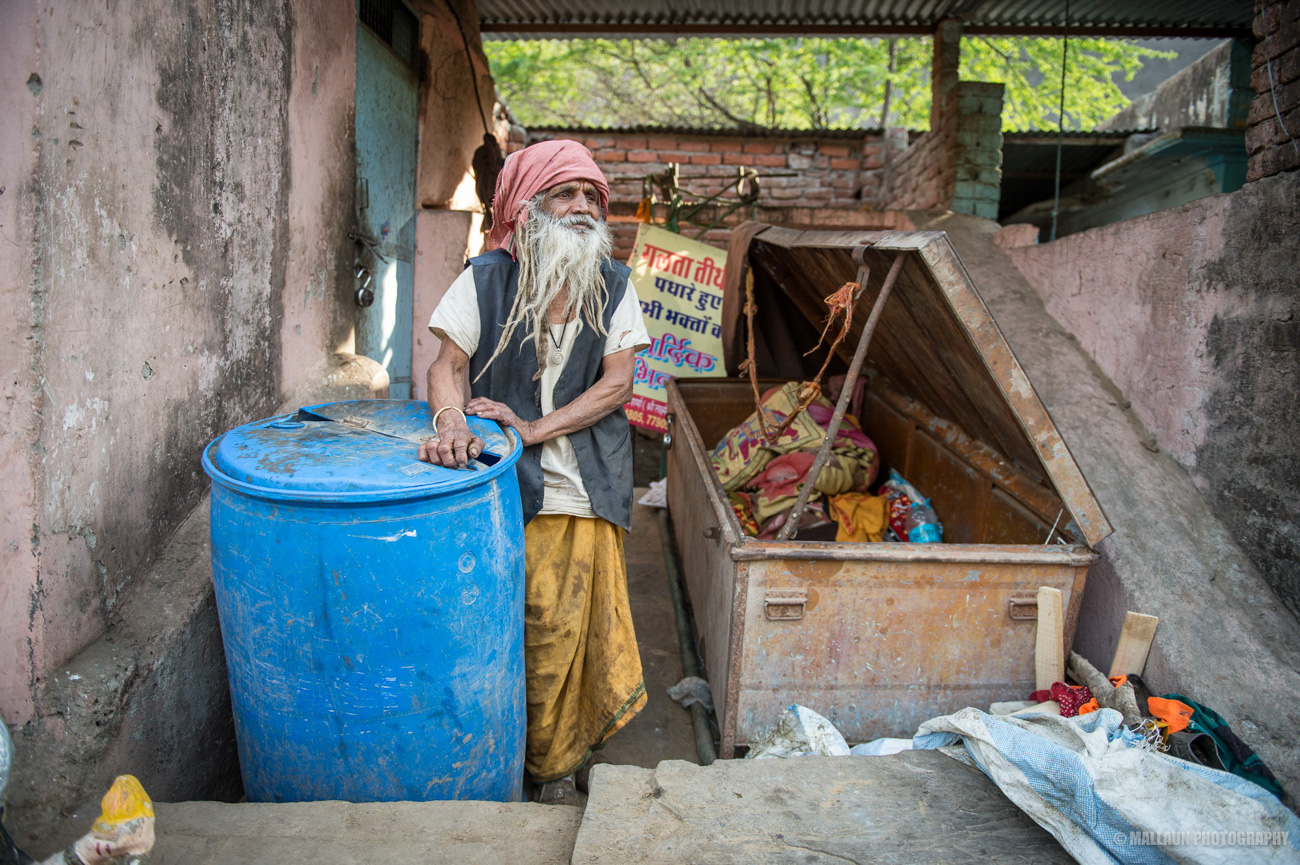 Baba Ram schläft seit 50 Jahren in dieser Metallkiste. Sie ist sein zu Hause und schützt ihn in der Nacht auch vor den Leoparden © Mallaun Photography