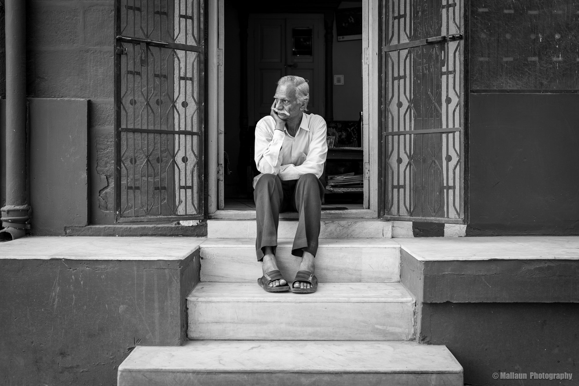 """Shivji Joshi vor seiner Wohnung (dem """"Class Room"""") in Jodhpur © Mallaun Photography"""
