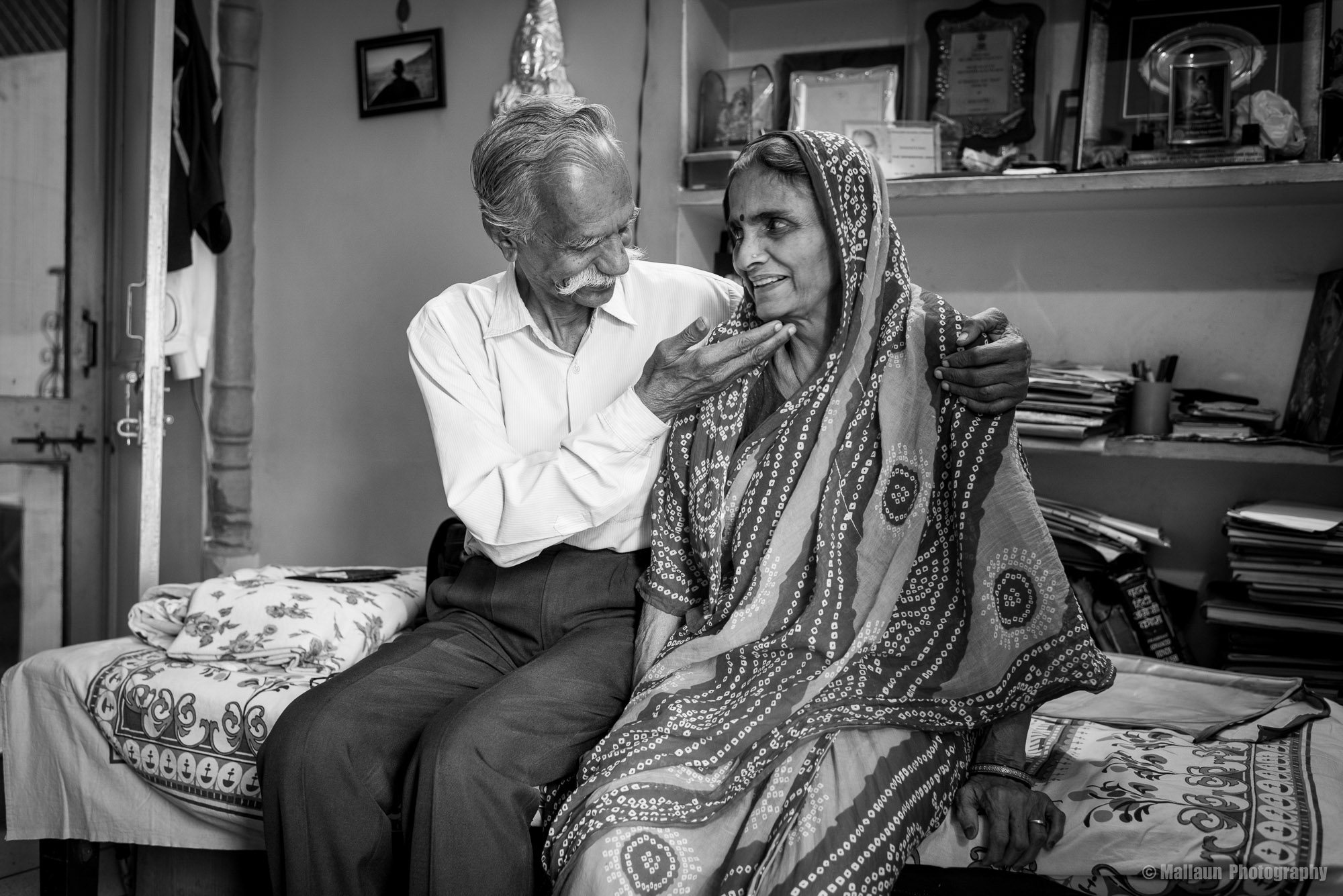 "Der Fotograf Shivji Joshi und seine Frau Devi Ji. ""She's the backbone of my life"" © Mallaun Photography"
