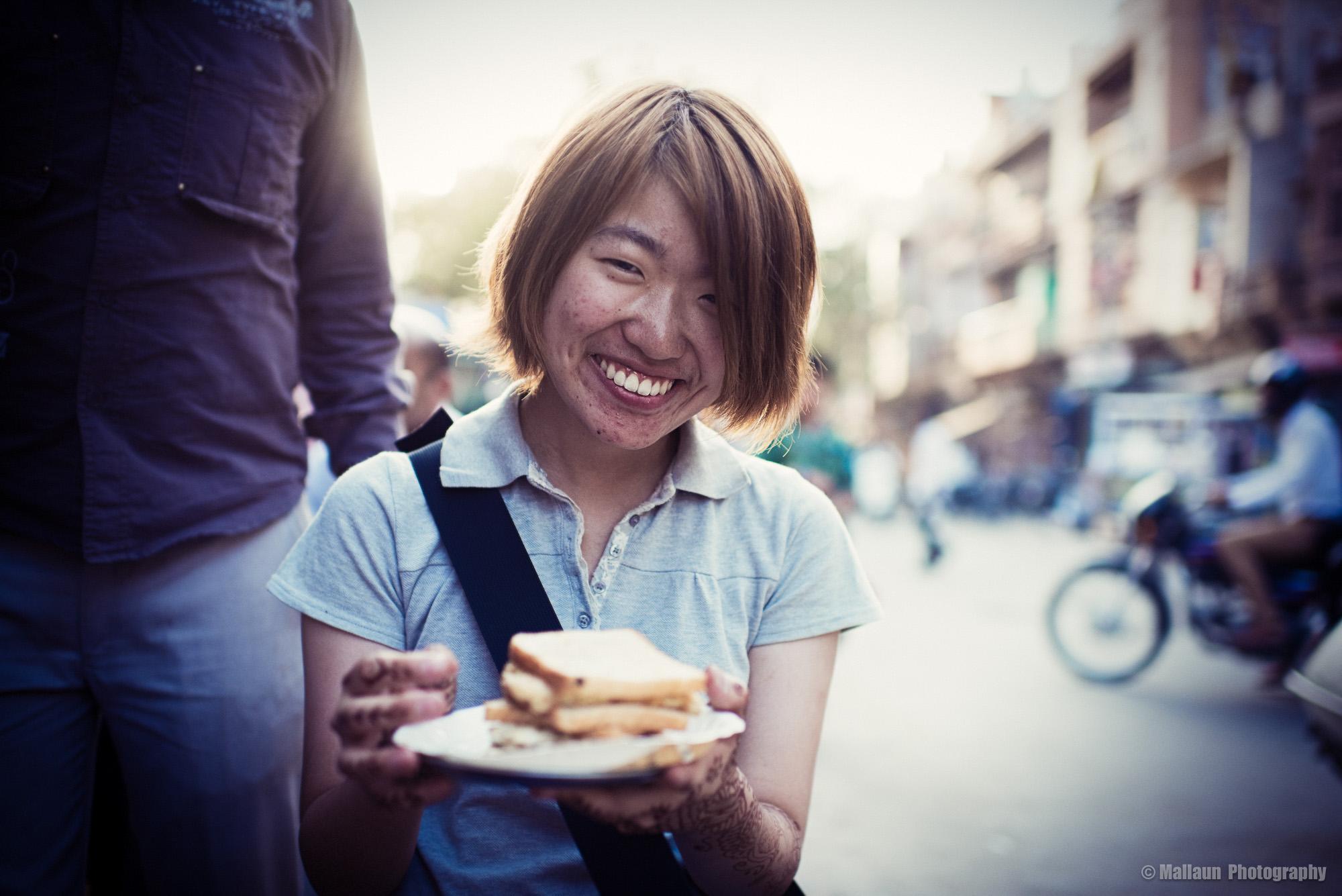 Minako aus Mie in Japan ist heute extra mit ihren 3 Kollegen bei Ramkishan vorbeigekommen, um sein Masala Omelette zu probieren. © Mallaun Photography