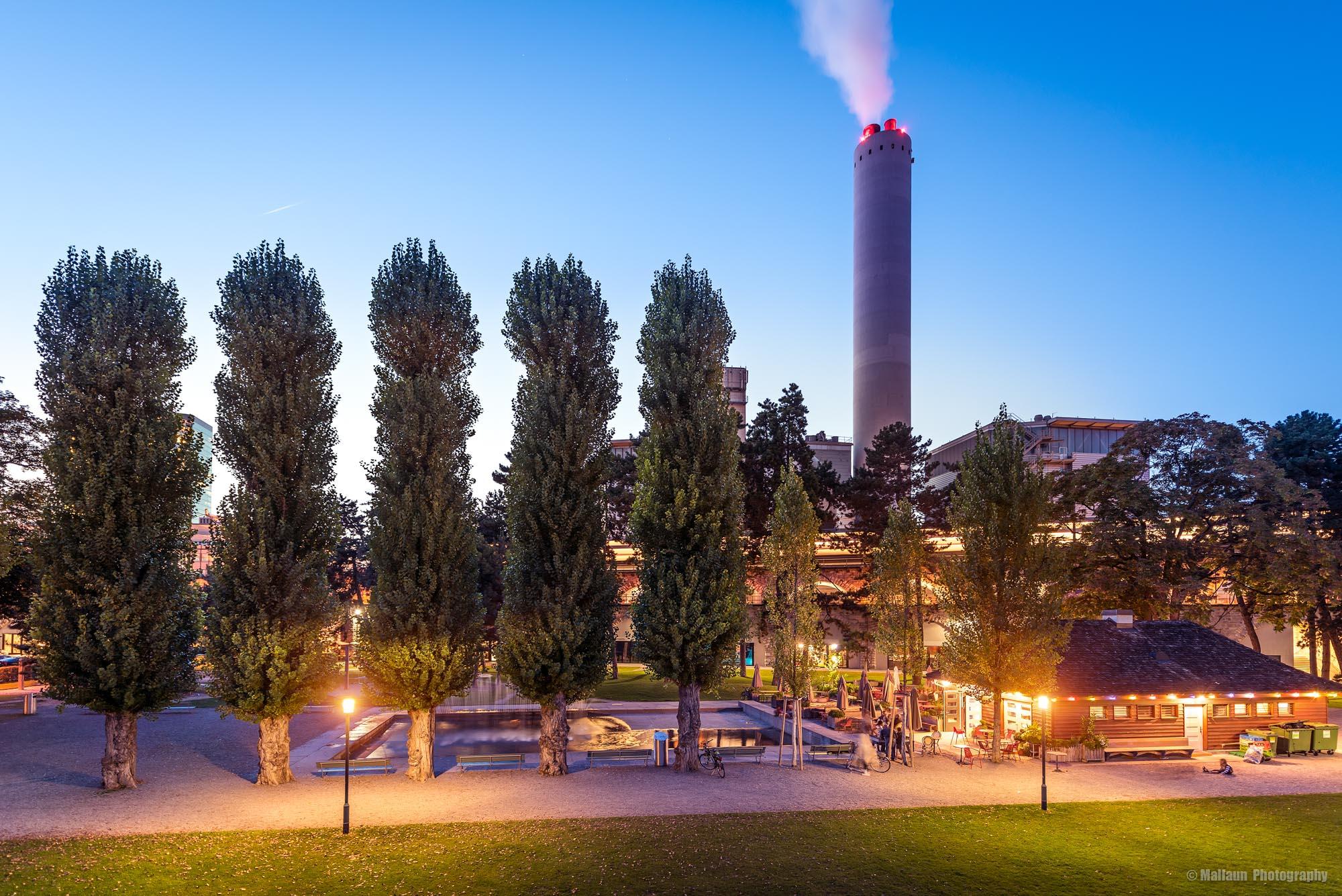Kiosk Josefwiese mit Viaduktbögen und Verbrennungsanlage Zürich © Mallaun Photography