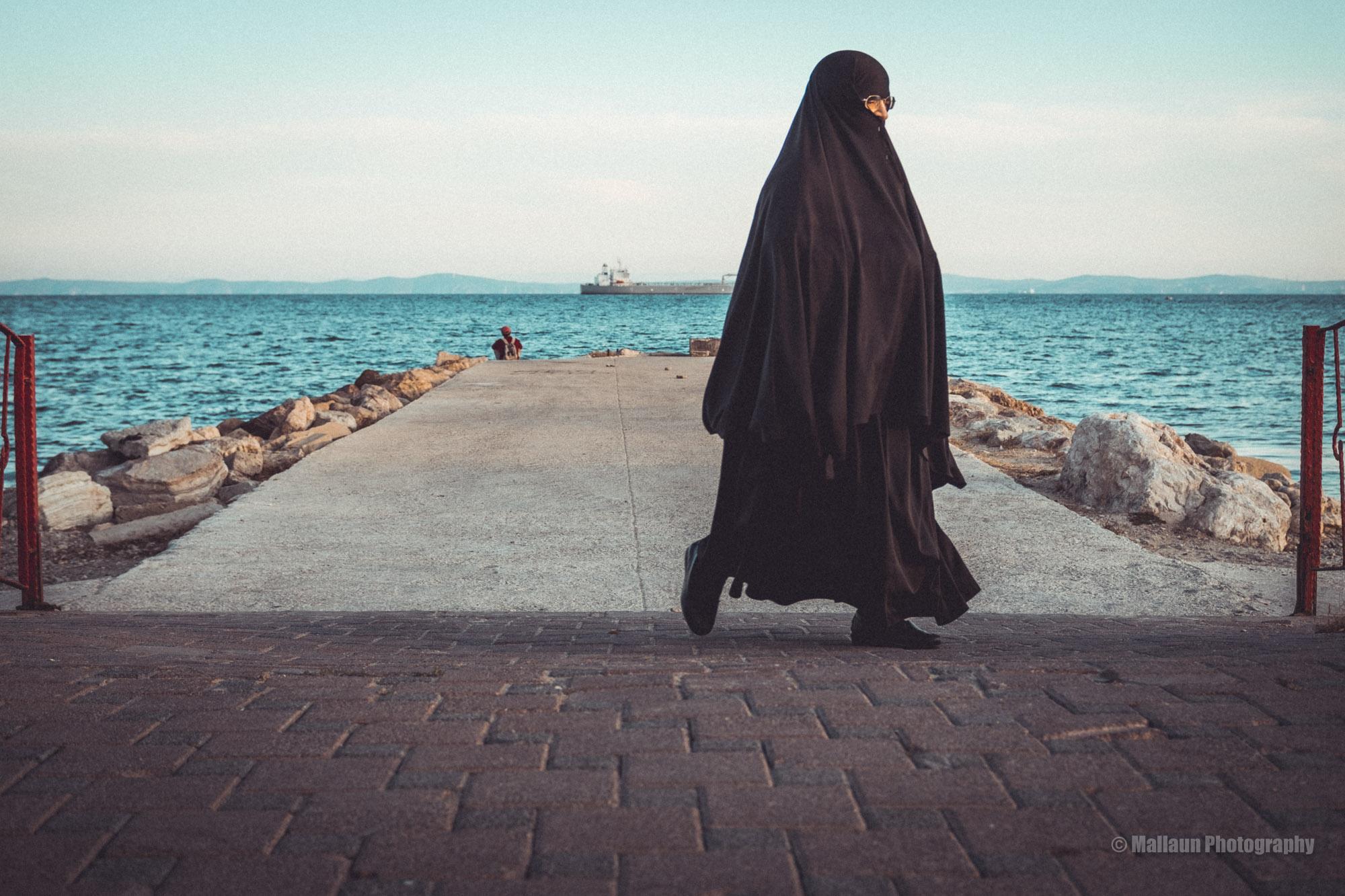 Verhüllter Mensch in schwarzem Nachthemd © Mallaun Photography