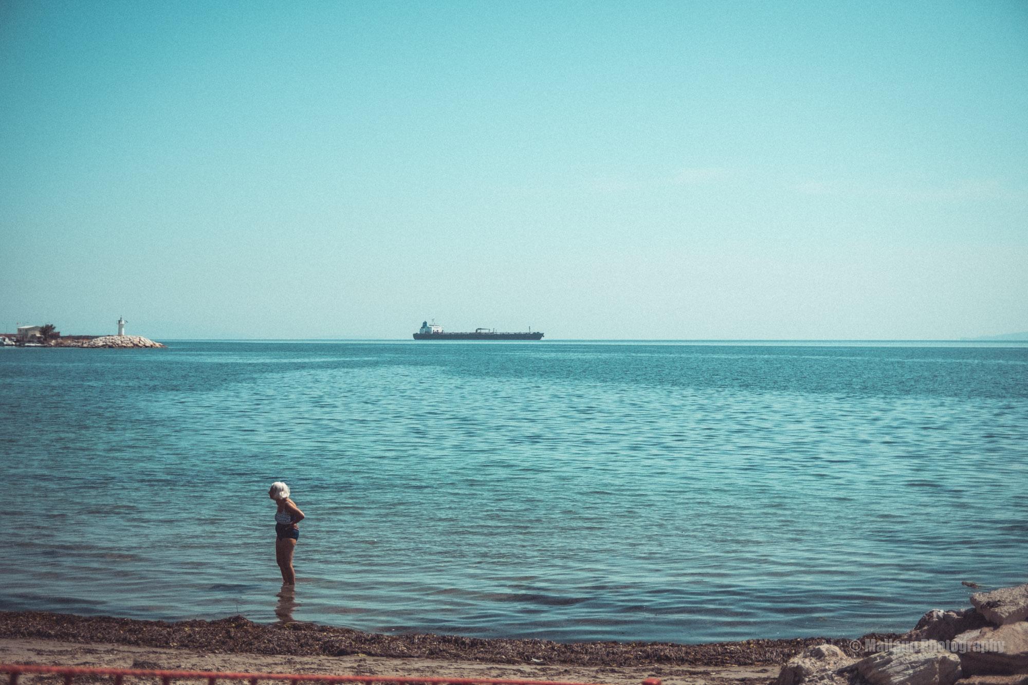 Oma am Strand mit Oeltanker im Hintergrund © Mallaun Photography