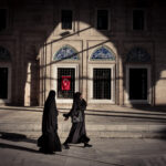 Zwei Verhüllte Menschen © Mallaun Photography