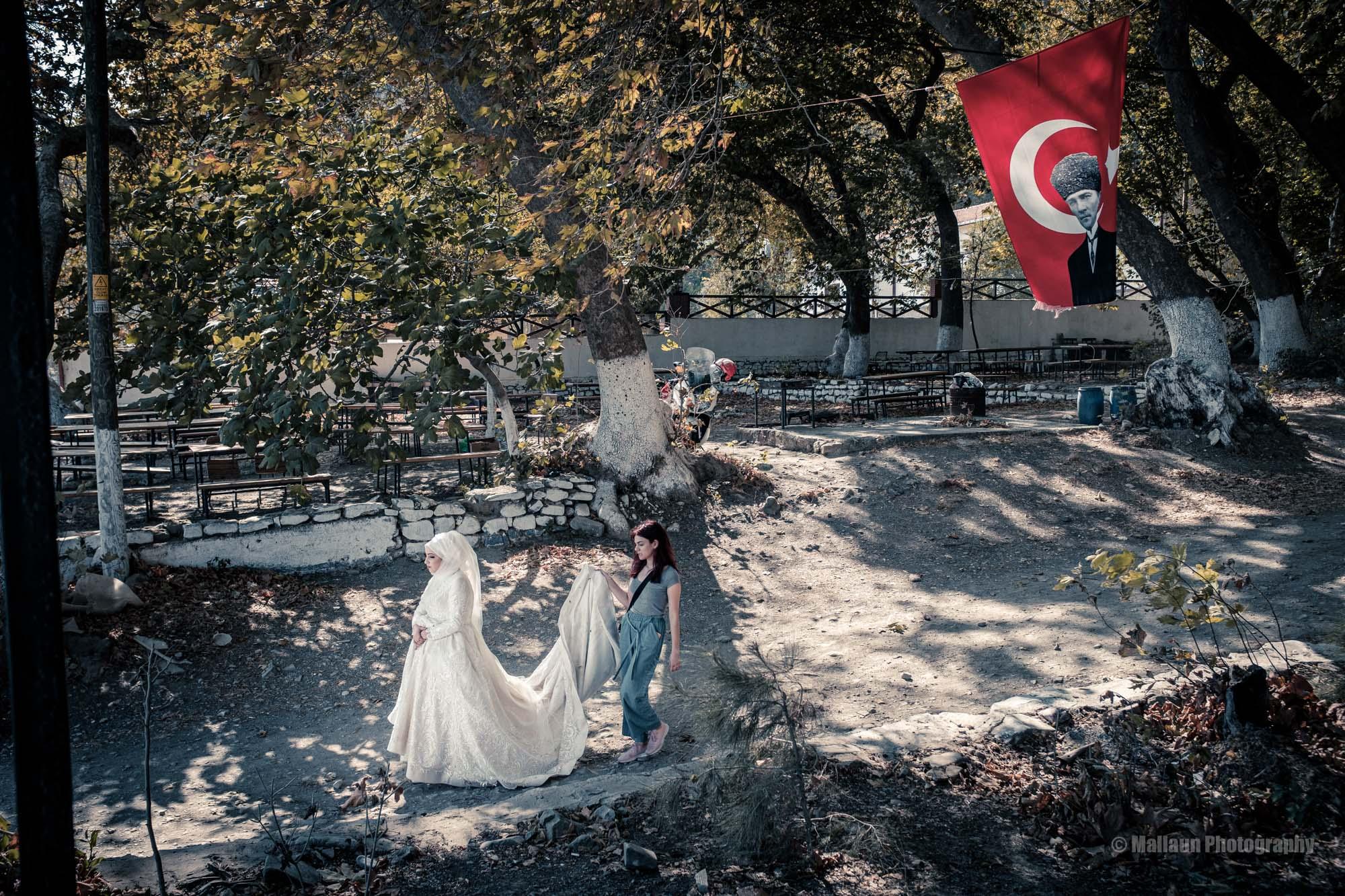 Braut und Kleidträgerin in Sarköy © Mallaun Photography