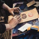 Jeder gekaufte Stempel wird von Vincent individuell verpackt © Mallaun Photography