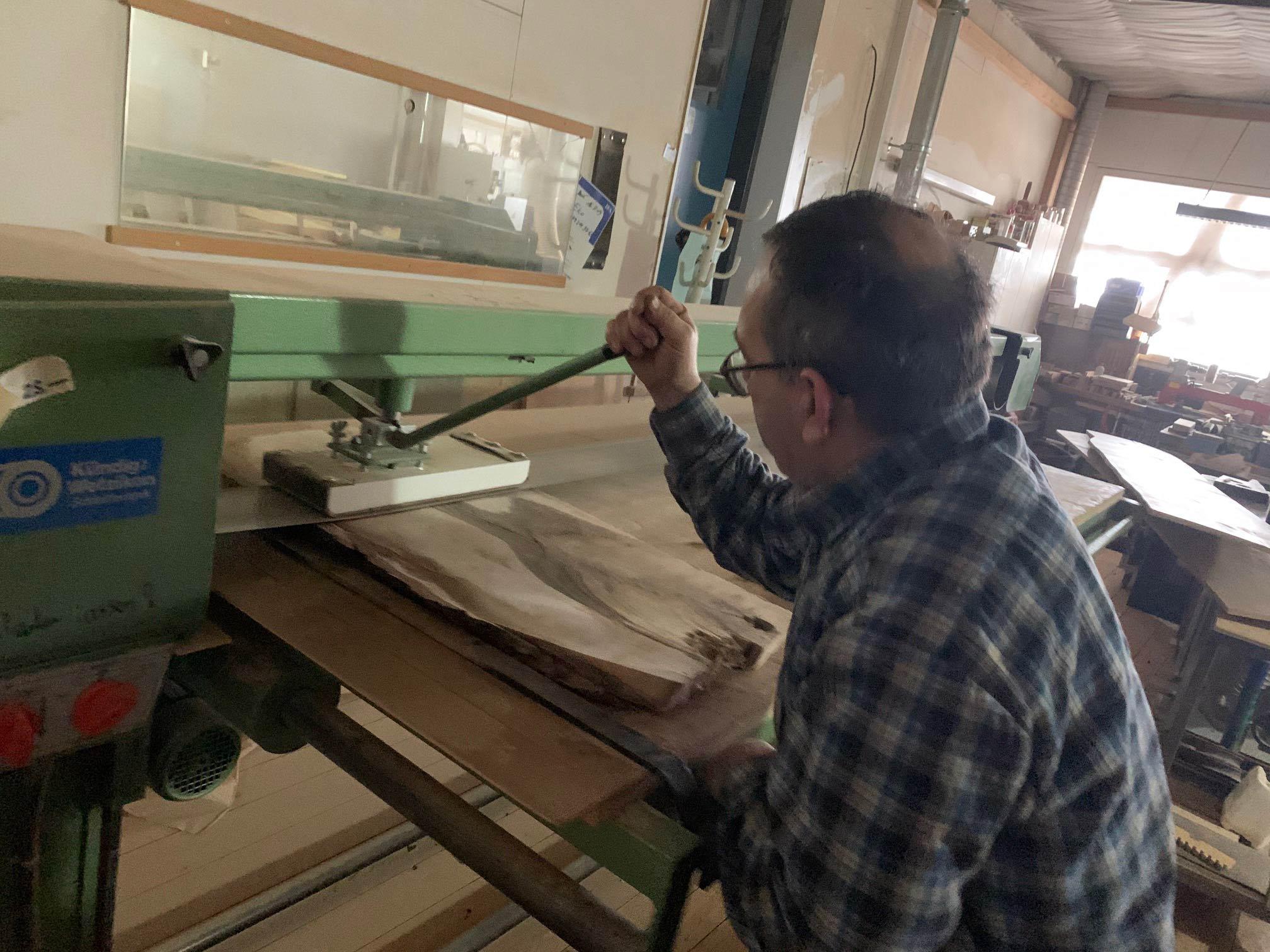 Der Schliff des neuen Woodboards - Bruno Wittwer von der Schreinerei Wittwer in Obfelden