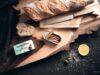 Sardellen-Filet auf Nussbaum-Holzbrett mit Baguette