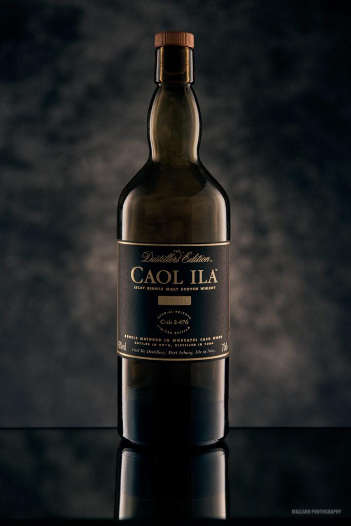 Caol Ila Whiskeyflasche in der Studiofotografie, mit Studioblitz und hand painted Canvas from KABOO Backdrops
