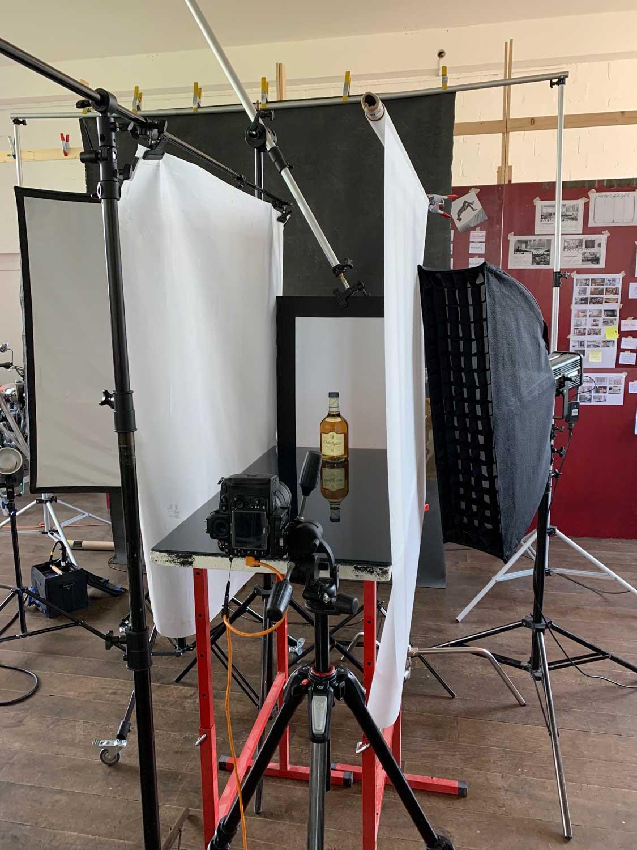 Softbox, bzw. Striphlight von schräg links rechts für den sanften Lichtverlauf auf der Flaschenseite